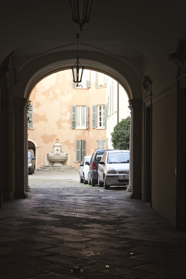 Visit Brescia - Pe eking into Courtyards