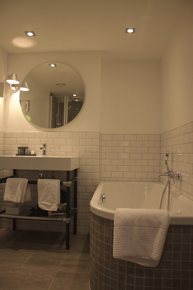 Gastwerk Hotel Hamburg - Bathroom and Bathtub