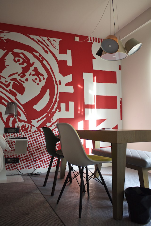 Radisson RED Brussels - Studio Picnic Table & Work Area