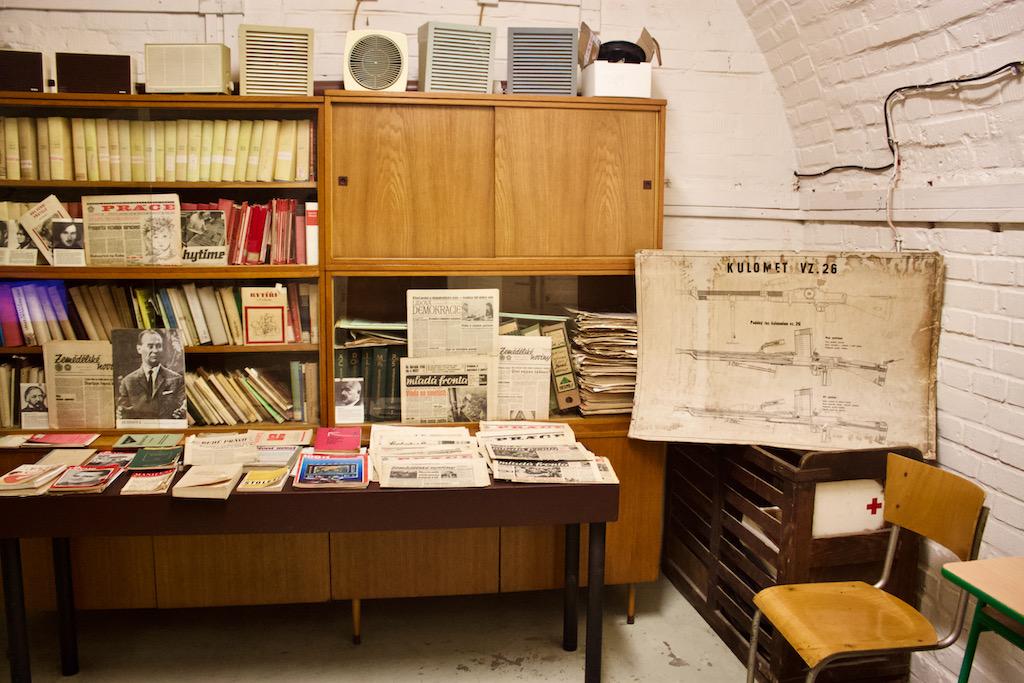 10 Z Shelter Brno Desk With Books