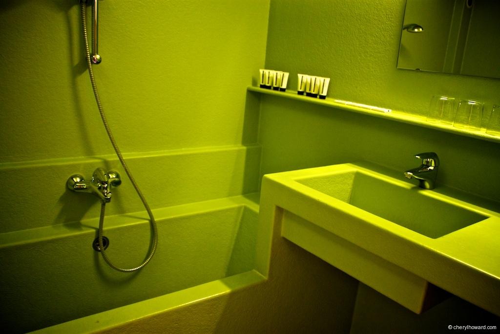 Lloyd Hotel - Green Bathroom